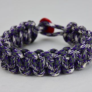 purple camouflage paracord bracelet unity band with red button back, picture of a purple camouflage paracord bracelet unity band with red button fastener in the back on a white background